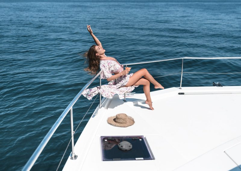 gnsyachting-woman-drinking-martini-cocktail-luxury-yacht-leisure-summer-vacations